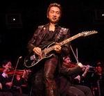 Акира Ямаока играет на своей любимой семиструнной гитаре