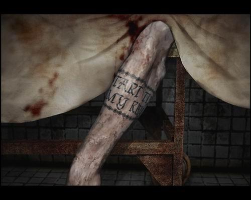 На руке татуированного парня